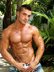 Muscled hottie Joey van Damme